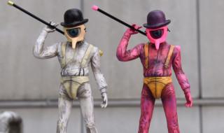 NADSAT BOY SOFVI FIGURE オリジナルカラー版(左)、MILKBOYスペシャルPINK カラー版(右)