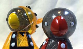 天狗面シリーズ 鳥天狗ソフビ16A「紅」(右)、鳥天狗ソフビ15X「イカル」(左)