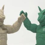えむぱい屋 × 密林の可動フィギュソフビシリーズ「ゴリラナグルズ」から「ガング 緑」「ザング 薄茶」発売中!