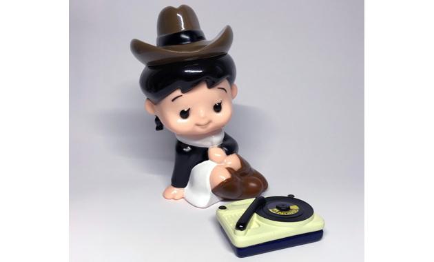 本秀康氏の人気キャラクター「レコガール」のソフビ人形が新たに「全宇宙レコード」限定バージョンで登場!