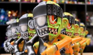 """2019年11月22日からの「DesignerCon2019」へ出店するBlackBook Toyの限定情報第2弾! マイクロランで「50/50 Skull Suits S"""" K"""" UM-kun」を準備中!"""