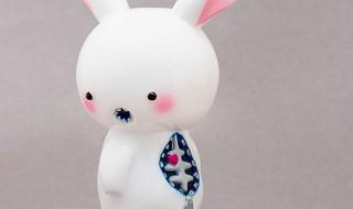 2019年11月22日からの「東京コミコン2019」へ出店するカラクリトイズから販売情報が到着! 第1弾は「ブキミウサギ」のホワイトとピンクだ!