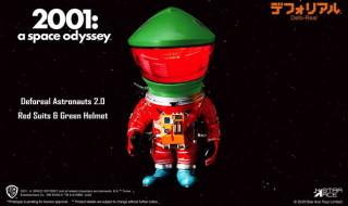 X-PLUSの[デフォリアル]にSF映画の金字塔 『2001年宇宙の旅』登場の「アストロノーツ 2.0 レッドスーツ&グリーンヘルメット」を新たにラインナップ!